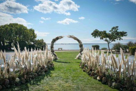 Ceremonie-laique-mariage-bouquet-table-domaine-moures-05