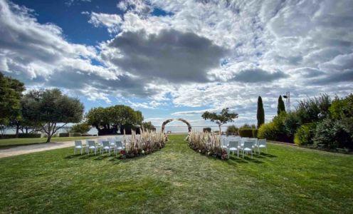 Ceremonie-laique-mariage-bouquet-table-domaine-moures-26