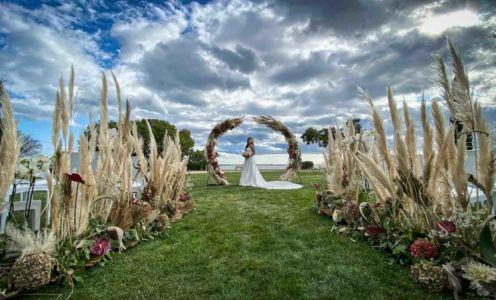 Ceremonie-laique-mariage-bouquet-table-domaine-moures-27